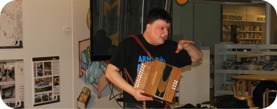 Xurxo Souto co seu acordeón diatónico no marco da Biblioteca Ágora